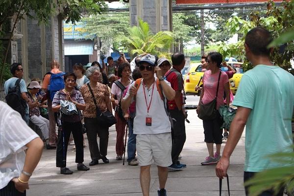 Khách Trung Quốc tham quan chùa Long Sơn, TP Nha Trang - Ảnh: Viết Hảo