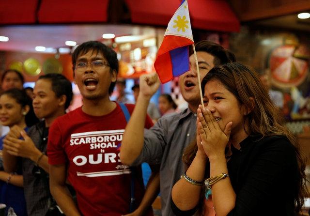 Người Philippines vui mừng sau phán quyết của tòa (Ảnh: Reuters)