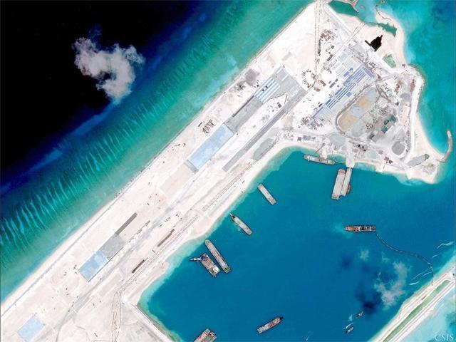 Trung Quốc xây đảo nhân tạo trái phép trên Biển Đông (Ảnh: Reuters)