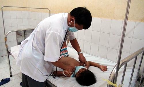 Một bệnh nhân bạch hầu được điều trị tại cơ sở y tế. Ảnh: Phước Tuấn