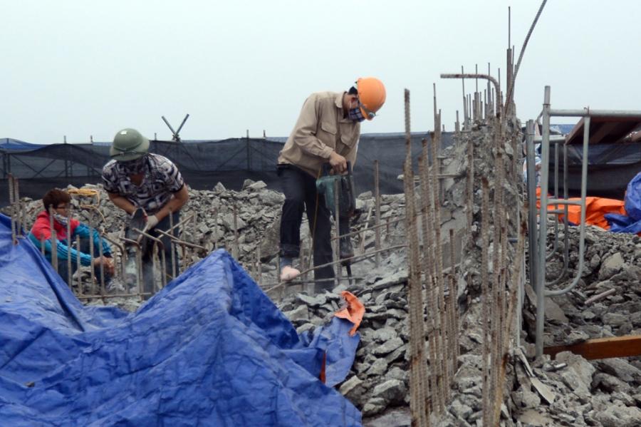 Việc phá dỡ phần xây dựng sai phạm tại nhà 8B Lê Trực diễn ra rất chậm so với tiến độ được giao.