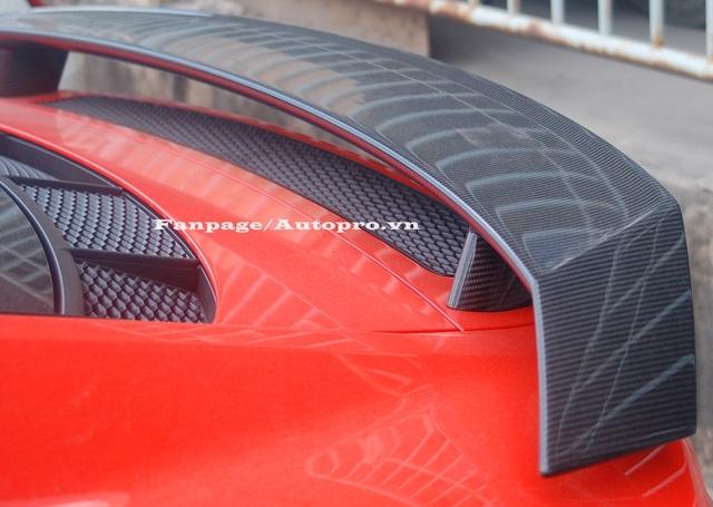 Ngoài ra còn có cánh lướt gió cố định bằng sợi carbon là trang bị tiêu chuẩn trên Audi R8 V10 Plus 2016 thay cho loại chỉnh điện ở phiên bản thường.