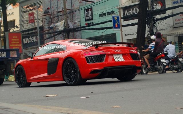 Đối thủ của Audi R8 V10 Plus là Mercedes AMG GTS Editon 1, Porsche 911 Turbo S và McLaren 570S đều đã xuất hiện tại thị trường Việt Nam.