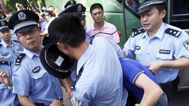 Cả gan diễn sâu ở sở cảnh sát, tên lưu manh tự chui đầu vào rọ - Ảnh 2.
