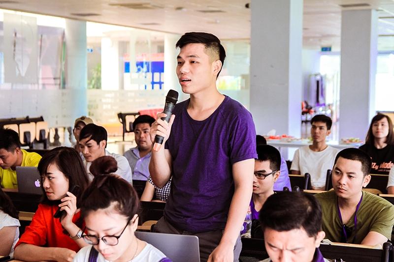 Các bạn sinh viên rất hào hứng với lối tư duy về mạng xã hội của ông Giang nên đã đặt ra nhiều câu hỏi.