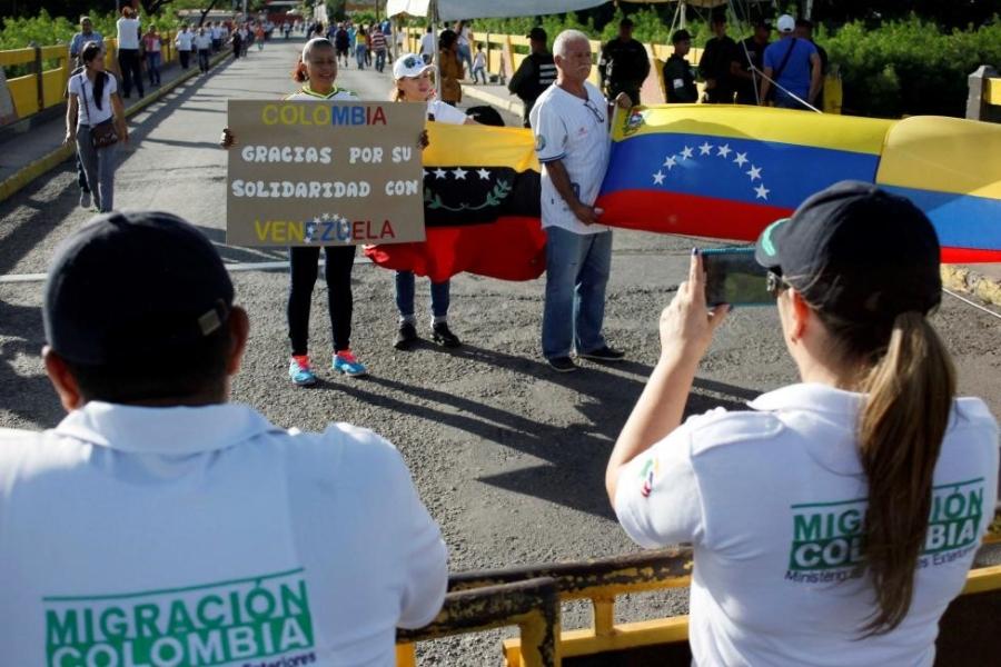 Dong nguoi Venezuela chen lan sang Colombia mua do hinh anh 11