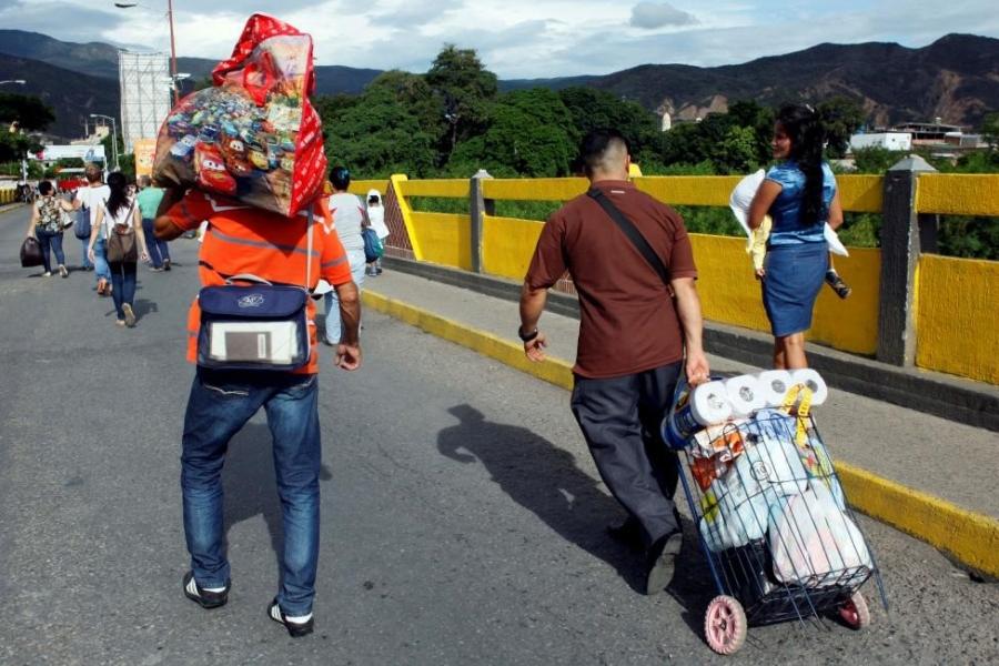Dong nguoi Venezuela chen lan sang Colombia mua do hinh anh 14
