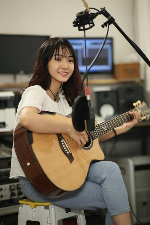 Dung nhan cô gái có giọng hát ngọt lịm được gọi 'thiên thần xe buýt' - Ảnh 1