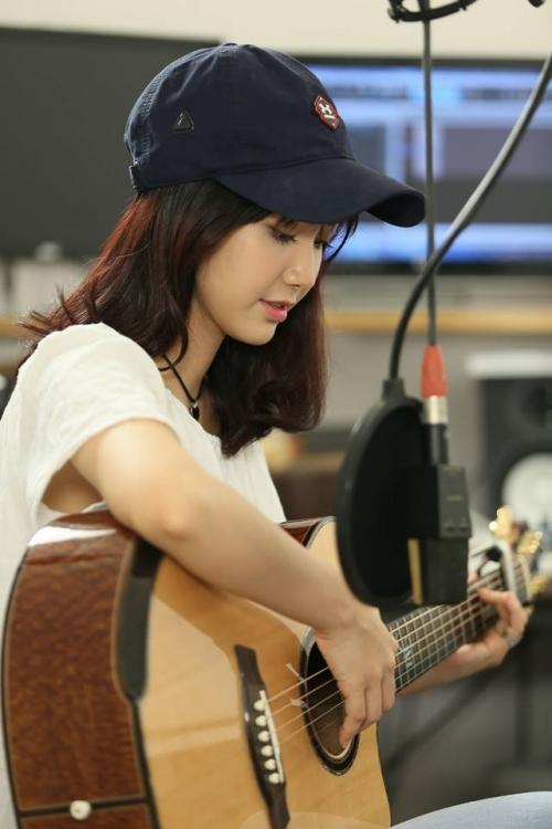 Dung nhan cô gái có giọng hát ngọt lịm được gọi 'thiên thần xe buýt' - Ảnh 5