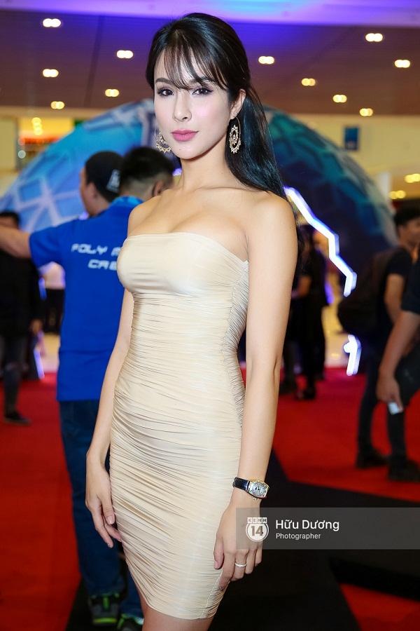 Fan Cuồng Thái Hòa 2 tay ôm 2 nàng Trinh xinh đẹp và bốc lửa - Ảnh 25.