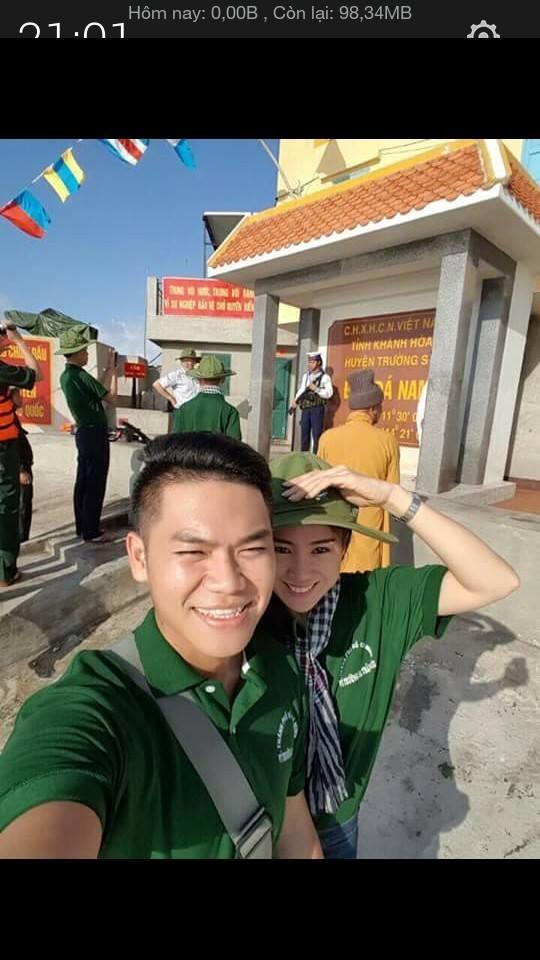 Trong một bức hình khác được các fan tung ra, Lê Phương đứng khép vào Phạm Trung Kiên trong một hoạt động tình nguyện được tổ chức tới quần đảo Trường Sa của Việt Nam.
