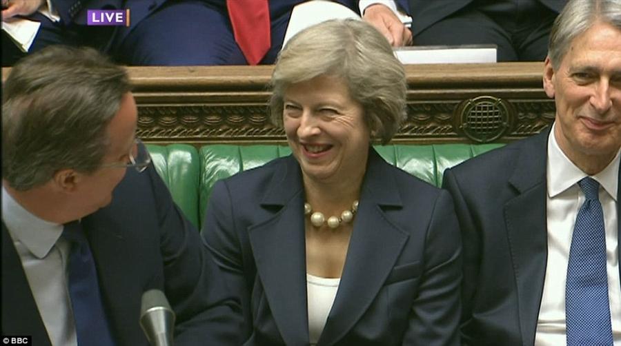 Ông Cameron trò chuyện vui vẻ với bà Theresa May - người kế nhiệm ông trong vai trò Thủ tướng của nước Anh (Ảnh: BBC)