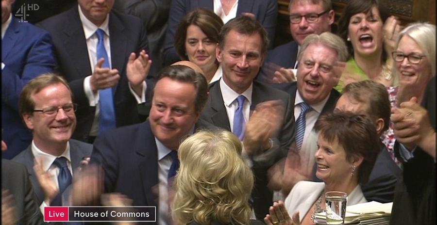 Không khí căng thẳng trong nghị trường đã được thay thế bằng những nụ cười và tràng pháo tay trong ngày tại nhiệm cuối cùng của Thủ tướng Cameron (Ảnh: BBC)