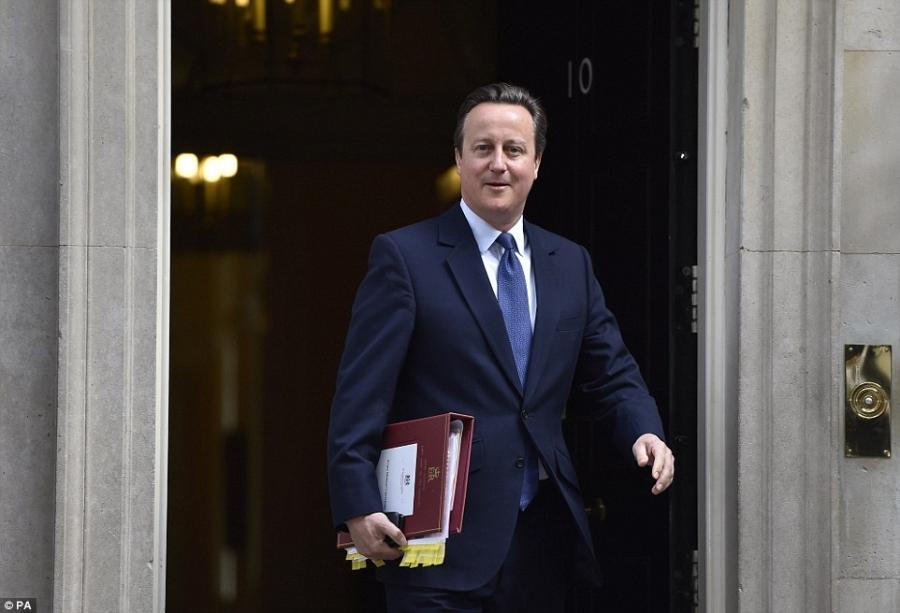 Sau khi kết thúc cuộc họp cuối cùng, ông Cameron rời dinh thủ tướng tới Cung điện Buckingham để nộp đơn từ chức cho Nữ hoàng Anh (Ảnh: PA)
