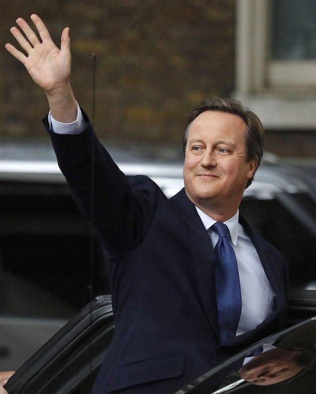 Ông Cameron vẫy tay chào người dân Anh đứng bên ngoài dinh thủ tướng ở số 10 phố Downing trước khi lên xe tới gặp Nữ hoàng (Ảnh: Dailymail)