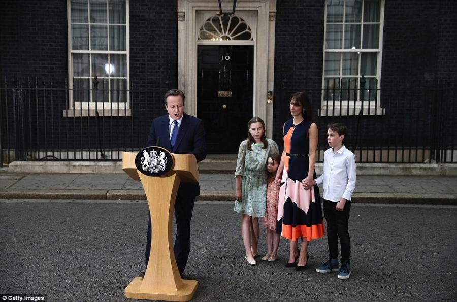 Cuối ngày hôm qua, ông Cameron cùng vợ và các con đã có bài phát biểu chia tay trước tòa nhà số 10 phố Downing ở thủ đô London. Đây là bài phát biểu cuối cùng của ông trên cương vị Thủ tướng Anh (Ảnh: Getty)