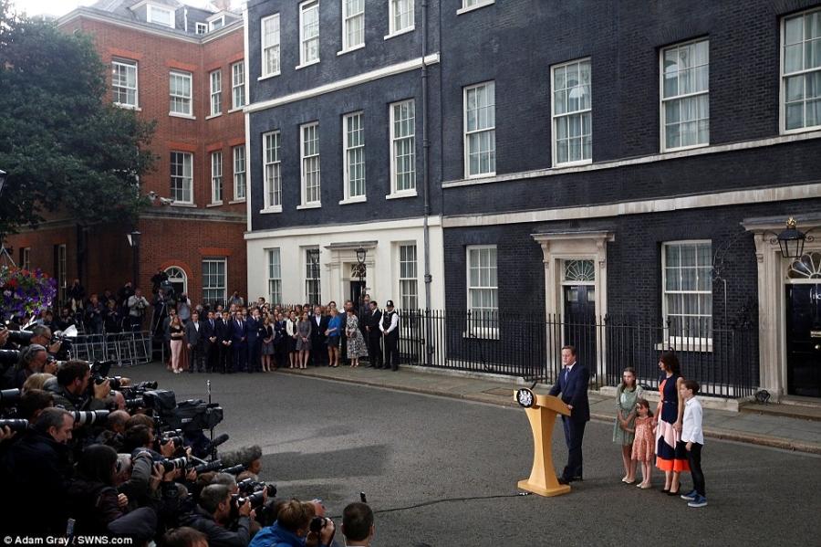 Rất đông phóng viên, người dân Anh và các nghị sĩ trong Quốc hội đã tập trung trước dinh thủ tướng để nghe bài phát biểu này và nói lời chào tạm biệt với gia đình thủ tướng (Ảnh: SWNS)
