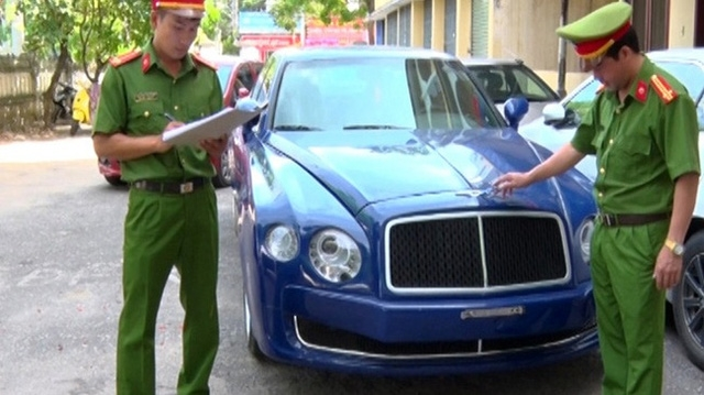 Chiếc xe mang logo Bentley bị thu giữ. Ảnh: Công An Nhân Dân