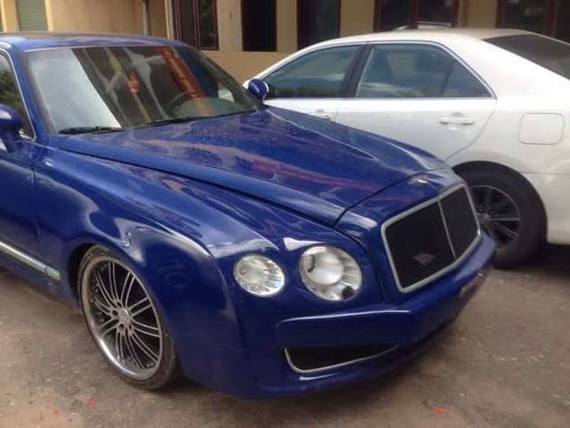 Chiếc Bentley bị bắt giữ có thiết kế làm đờ đẫn bất kỳ fan hâm mộ nào của thương hiệu xe siêu sang Bentley danh tiếng. Nếu tinh tế hơn có thể nhận ra mắt đèn pha của chiếc xe bị bắt đã thay đèn LED theo kiểu Flying Spur đời mới, nhưng hốc đèn lại vẫn kiểu cũ nên đèn phía trong to hơn đèn phía ngoài.