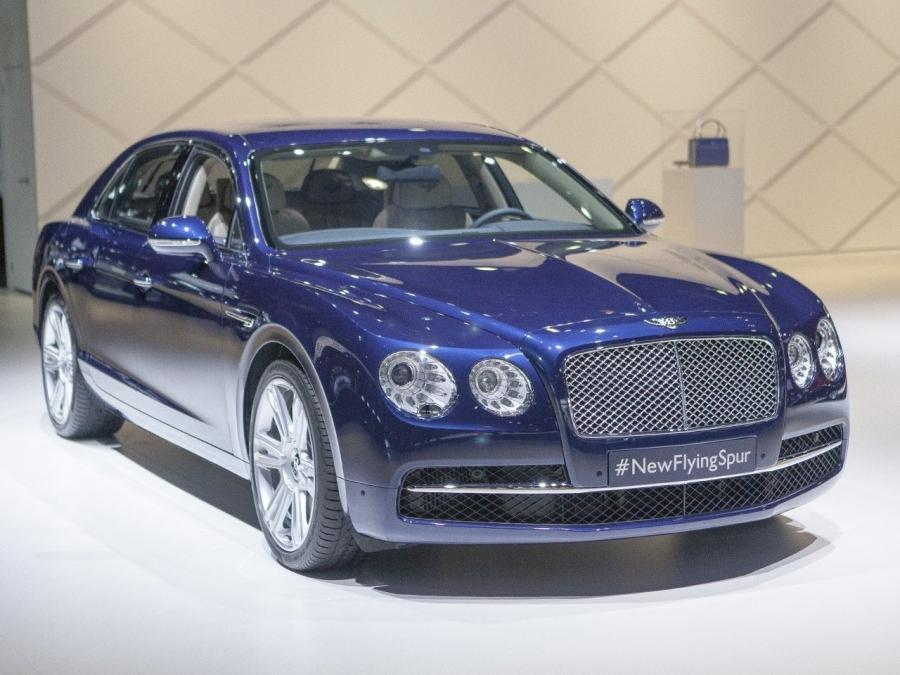 Đặc biệt là khi đặt nó cạnh hình ảnh xe Bentley Continental Flying Spur hàng hiệu, mẫu Bentley 2 tỷ càng thể hiện rõ sự chênh lệch đẳng cấp.