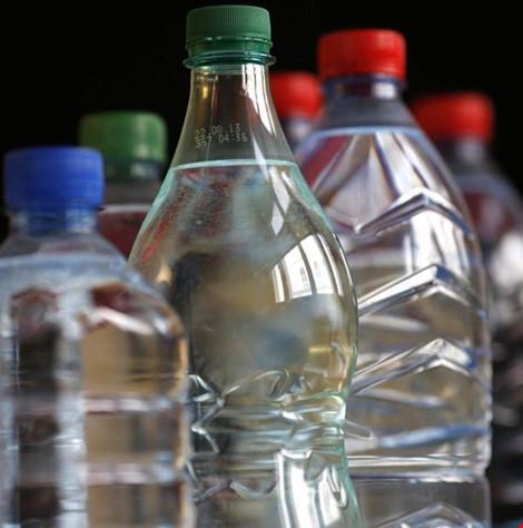 Nước suối tại Triều Tiên được quảng bá là có khả năng ngăn ngừa ung thư. Ảnh: Reuters