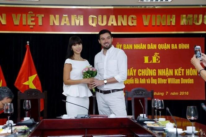 Lễ trao giấy chứng nhận kết hôn của siêu mẫu Hà Anh /// Ảnh: FBNV