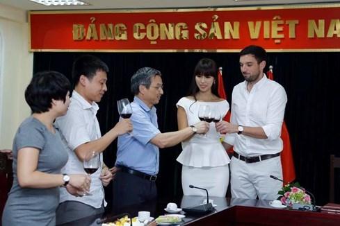 Lễ trao Giấy chứng nhận kết hôn của Hà Anh được tổ chức trang trọng tại UBND quận Ba Đình