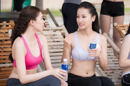 Thí sinh Hoa hậu VN khoe eo thon bên biển Hạ Long - 1