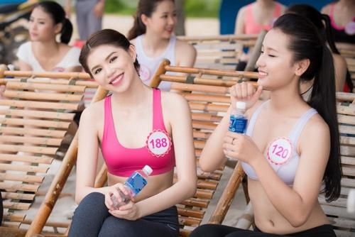 Thí sinh Hoa hậu VN khoe eo thon bên biển Hạ Long - 2