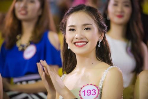 Thí sinh Hoa hậu VN khoe eo thon bên biển Hạ Long - 12