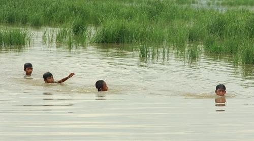 Trẻ em liên tiếp bị đuối nước do tắm tại hồ, đập (ảnh minh họa)