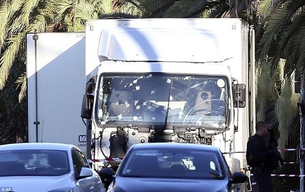 Chiếc xe tải sử dụng trong vụ đâm xe tối ngày 14/7 ở Nice, Pháp. Ảnh: AP.