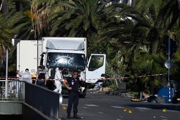 Cảnh sát phong tỏa hiện trường vụ tấn công ở Nice, Pháp. Ảnh: AFP.