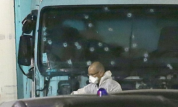 Nhân viên pháp y đứng cạnh xe tải gây ra vụ đâm xe khủng bố. Ảnh: AP.