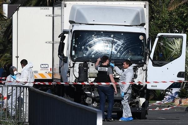 Cảnh sát Pháp kiểm tra xe tải trong vụ đâm xe khủng bố hôm qua ở Nice. Ảnh: AFP.