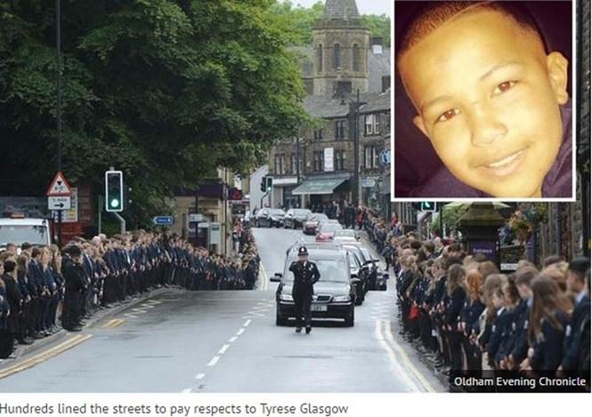 Hàng ngàn học sinh và giáo viên đứng xếp hàng trên đường để đưa tiễn một học sinh gương mẫu  /// Ảnh chụp màn hình The Manchester Evenning News
