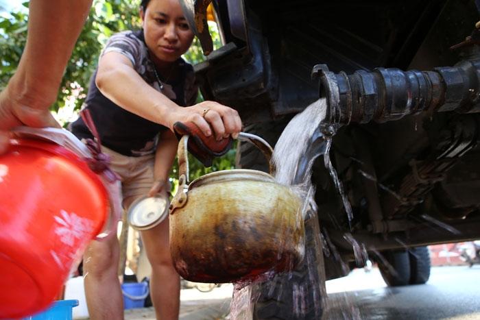 HN: Đường nước sông Đà giảm áp, hàng ngàn hộ dân thiếu nước - 1