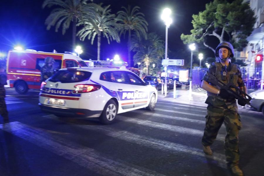 Quân đội và cảnh sát Pháp tại hiện trường sau vụ tấn công. Ảnh: Reuters