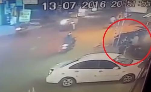 Mải chụp ảnh 'tự sướng', cô gái bị giật điện thoại trên tay [VIDEO] - Ảnh 2