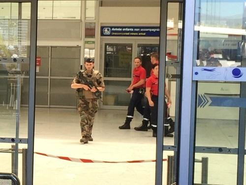 [ẢNH] Sân bay Nice náo loạn vì kiện hành lý đáng ngờ - ảnh 3