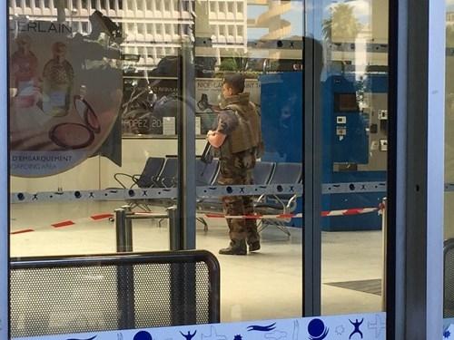 [ẢNH] Sân bay Nice náo loạn vì kiện hành lý đáng ngờ - ảnh 4