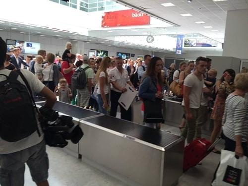[ẢNH] Sân bay Nice náo loạn vì kiện hành lý đáng ngờ - ảnh 5