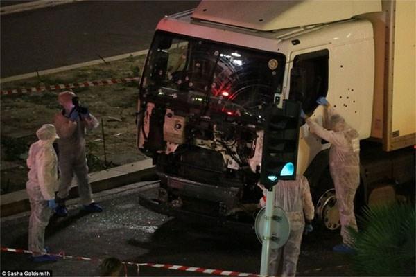 Cảnh sát sau đó tìm thấy nhiều súng và lựu đạn trên chiếc xe tải