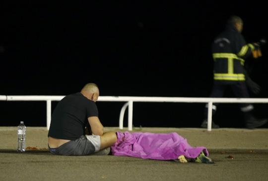 Thi thể một nạn nhân trong vụ tấn công tại Nice. Ảnh: Reuters