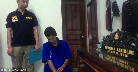 Suwarti (áo xanh, ngồi) đang bị cảnh sát thẩm vấn về lý do giả trai để làm đám cưới với người khác