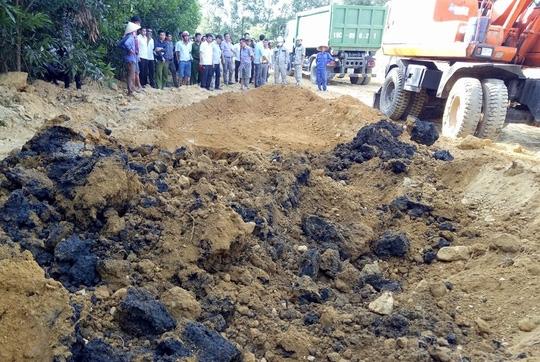 Lực lượng chức năng tiến hành cất bốc di dời số chất thải tại trang trại của ông Lê Quang Hòa