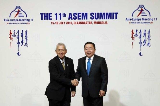 Ngoại trưởng Philippines Perfecto Yasay (trái) và Tổng thống Mông Cổ Tsakhiagiin Elbegdorj tại Hội nghị ASEM 11 (Ảnh: AFP)