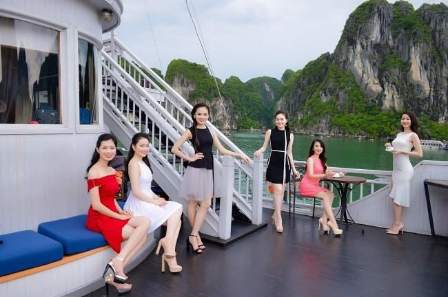 Thí sinh HHVN sang chảnh dạo chơi vịnh Hạ Long - 3