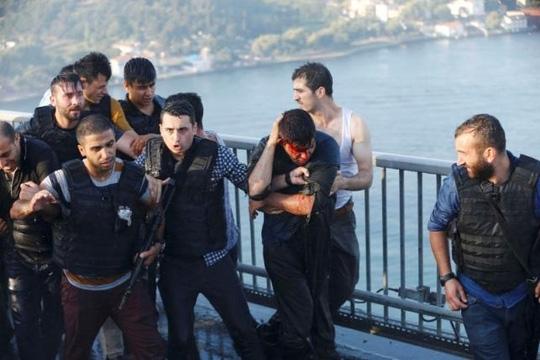 Cảnh sát bảo vệ lính đảo chính khỏi đám đông người dân sau khi nhóm này đầu hàng. Ảnh: REUTERS