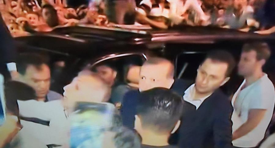Tổng thống Erdogan đến Istanbul trong vòng vây an ninh và người ủng hộ. (Ảnh: AA)